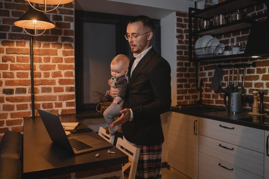 Remote-Work-Homeoffice-Arbeiten-Kind-Vater