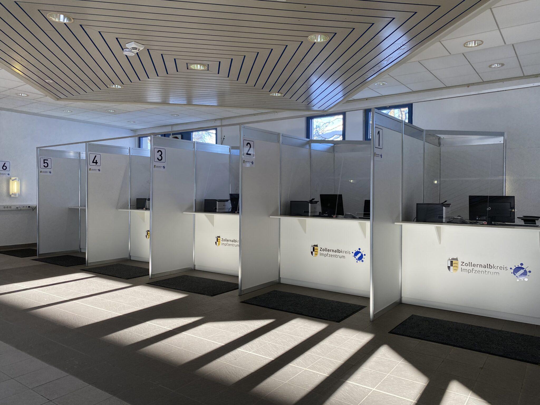 Impfregistrierung im Kreisimpfzentrum Meßstetten: Sechs Anmeldeschalter entzerren das Personenaufkommen.