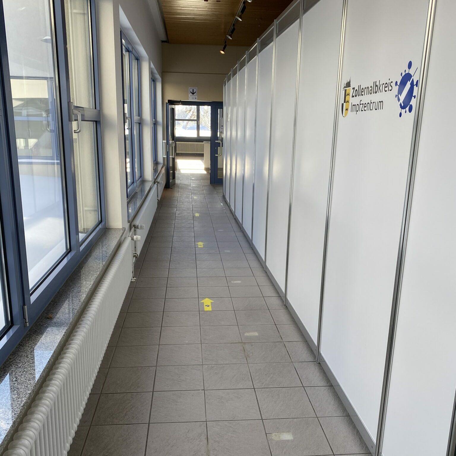 Schnelle Wege, klare Markierungen und Einbahnstraßen sorgen im Kreisimpfzentrum Meßstetten für schnellen Durchlauf und den nötigen Abstand.