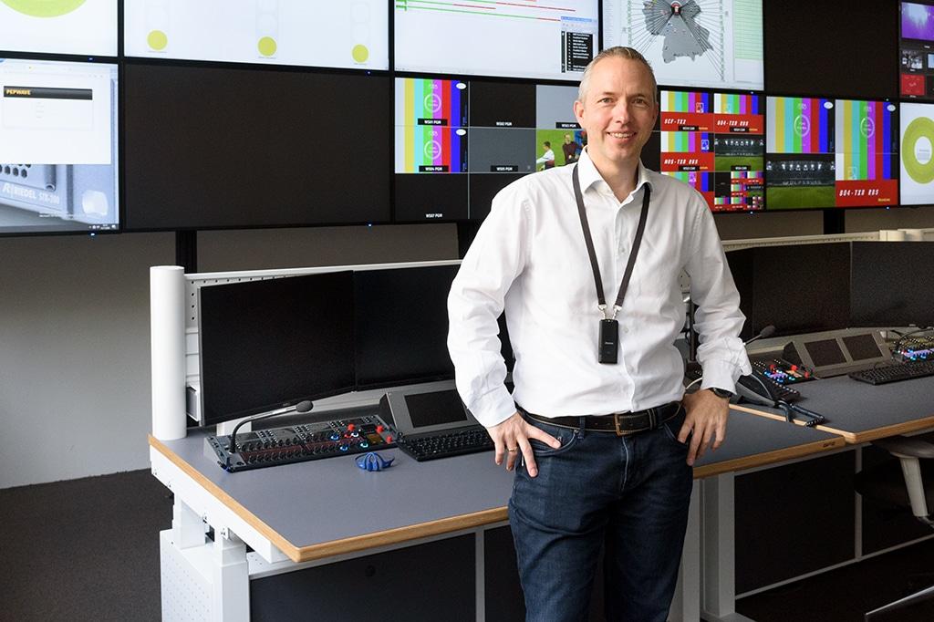 """Lutz Rathmann, hier im Riedels Remote Operations Center, verantwortet bei Riedel seit 2020 den Geschäftszweig """"Managed Technology""""."""