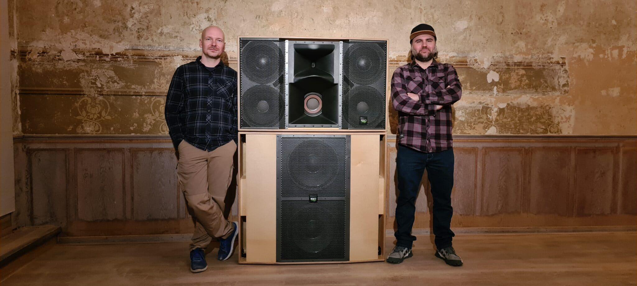 """Kai Mosdzen (l.) und Laurin Joel Schafhausen bauten in Bielefeld ein altes Lokal zur Listening-Bar """"owls"""" um."""