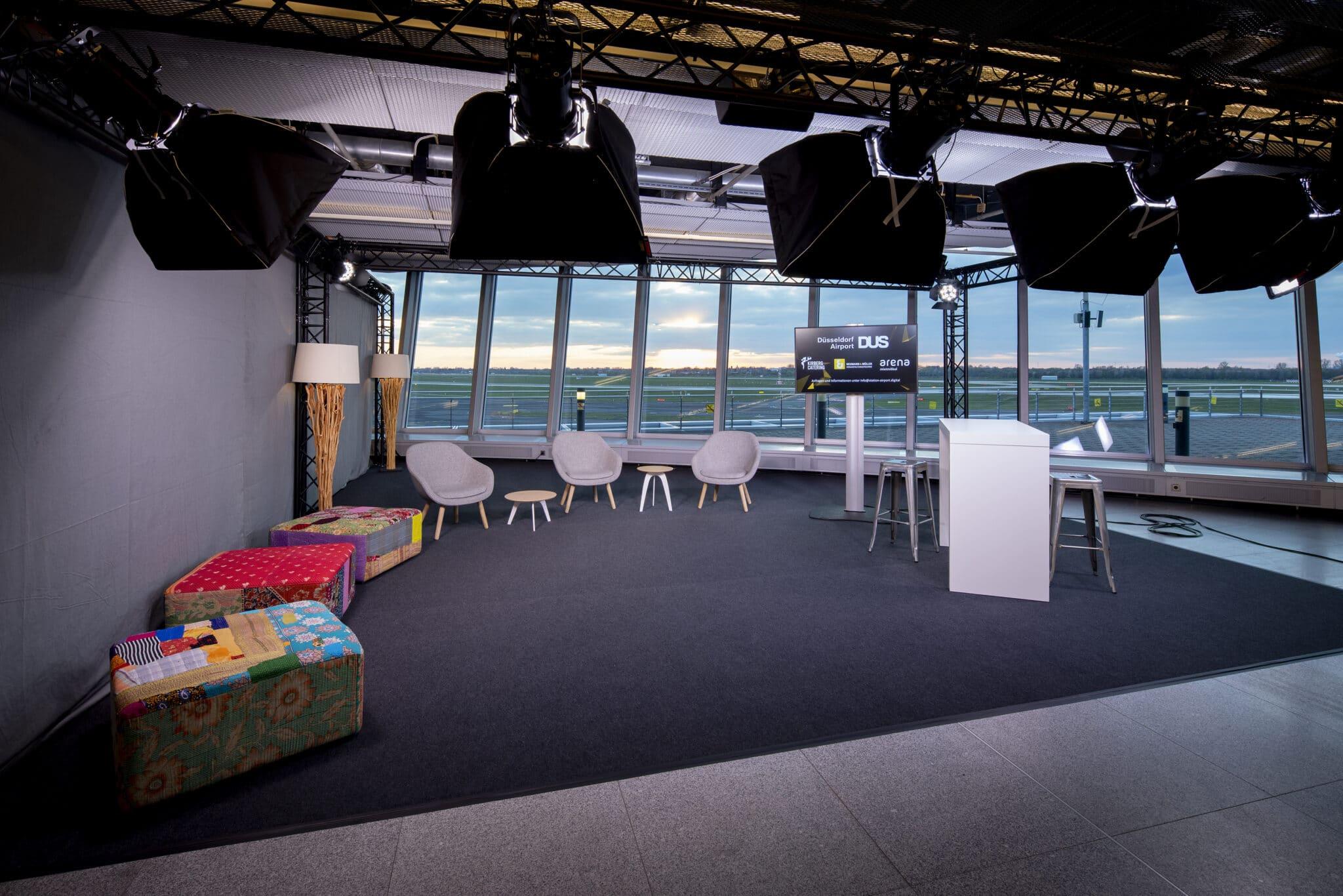 Die Studio-Box mit Blick auf die Start- und Landebahn in der Station Airport Düsseldorf