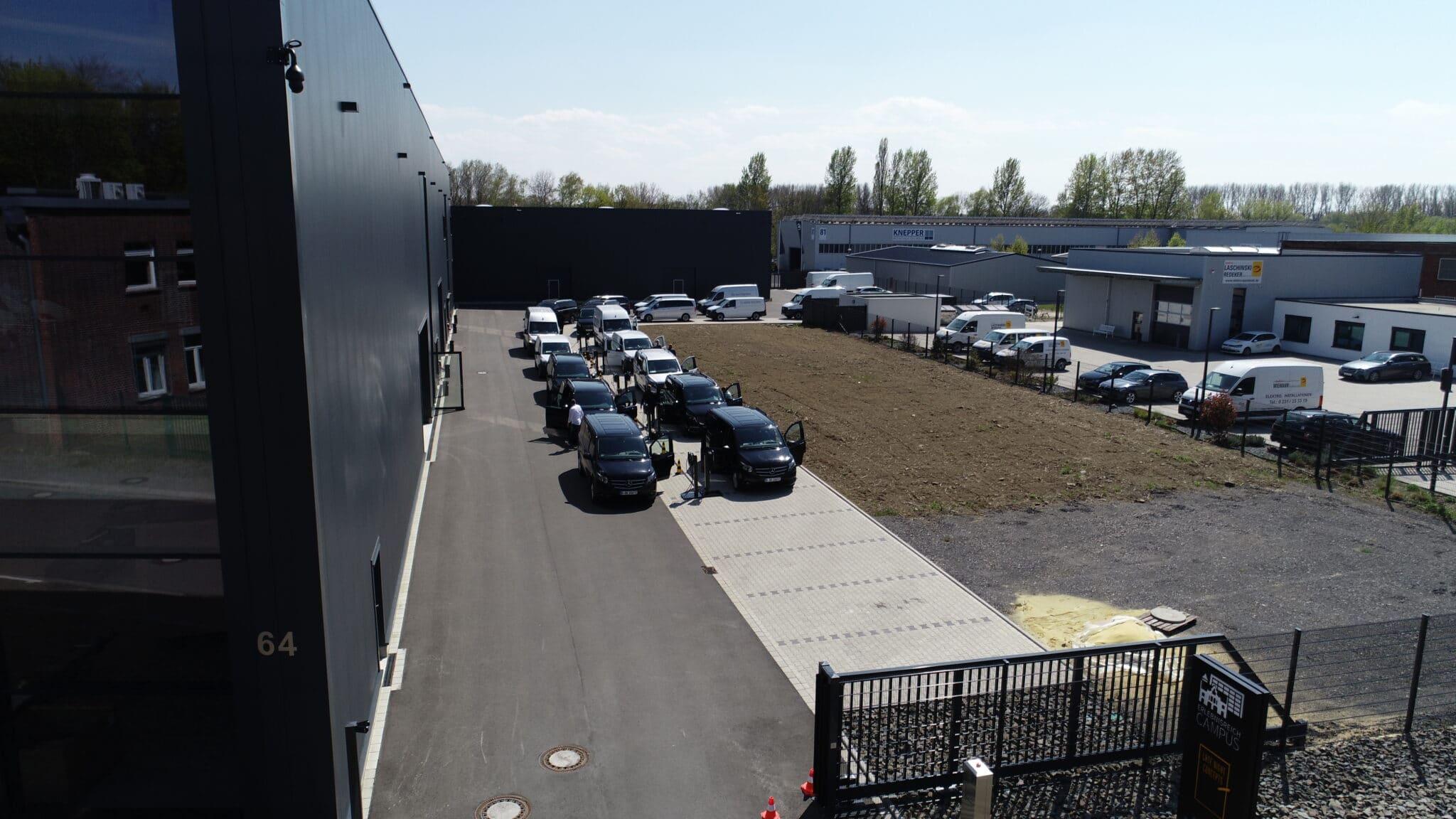 Mercedes-Benz Elektrovans werden während eines Events an den mobilen Wallboxen des Erlebnisreich Campus aufgeladen.
