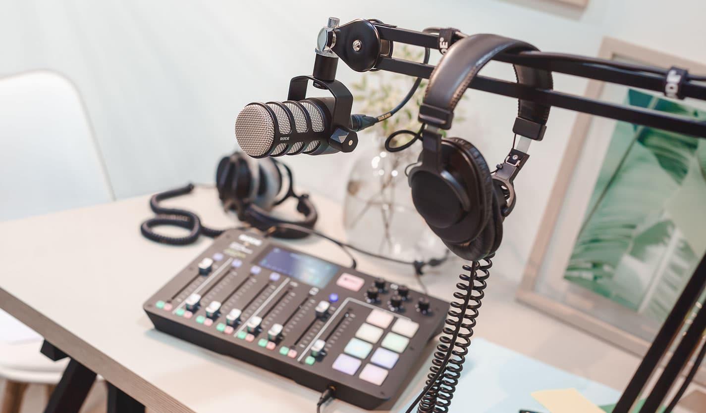 Das PodMic von Røde ist ein auf Podcasts abgestimmtes Mikrofon, das im Preis-Leistungs-Verhältnis absolut überzeugt und damit ideal für Einsteiger ist.
