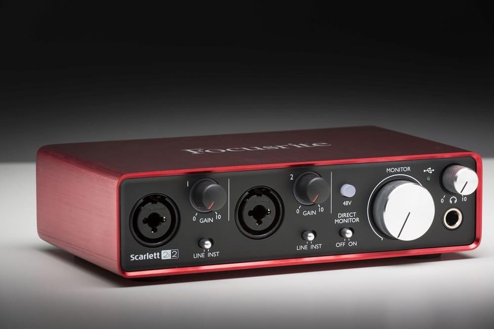 Focusrite bietet ein schnörkelloses, übersichtliches und leicht zu bedienendes Audio-Interface, das sich konzeptionell an Singer/Songwriter oder kleine Projektstudios richtet. Durch die kompakte Bauweise und unkomplizierte Stromversorgung per USB-Bus eignet sich das Scarlett 2i2 zudem bestens für mobile Einsätze.