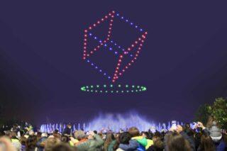 Durch Drohnen sind auch dreidimensionale Bilder im Himmel möglich. Zusätzlich kann die Show auch noch mit weiteren Effekten (wie hier z. B. Wasserspielen) unterstützt werden.