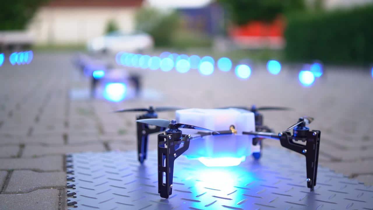 In Reih' und Glied stehen die Drohnen beim Aufbau.