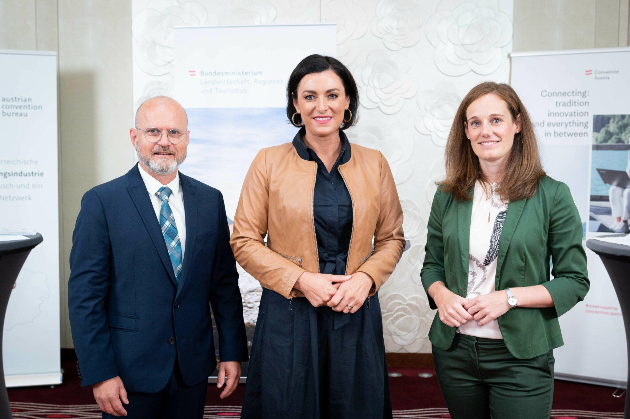 (v.l.n.r.): Gerhard Stübe, Elisabeth Köstinger und Lisa Weddig