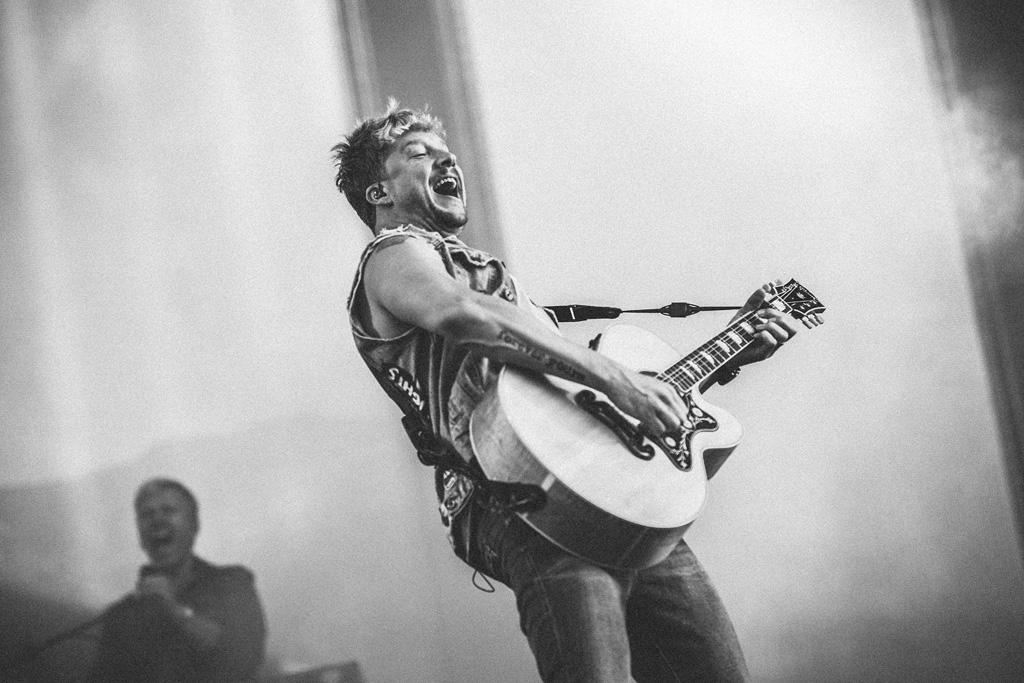 Samu Haber mit Gitarre auf der Bühne