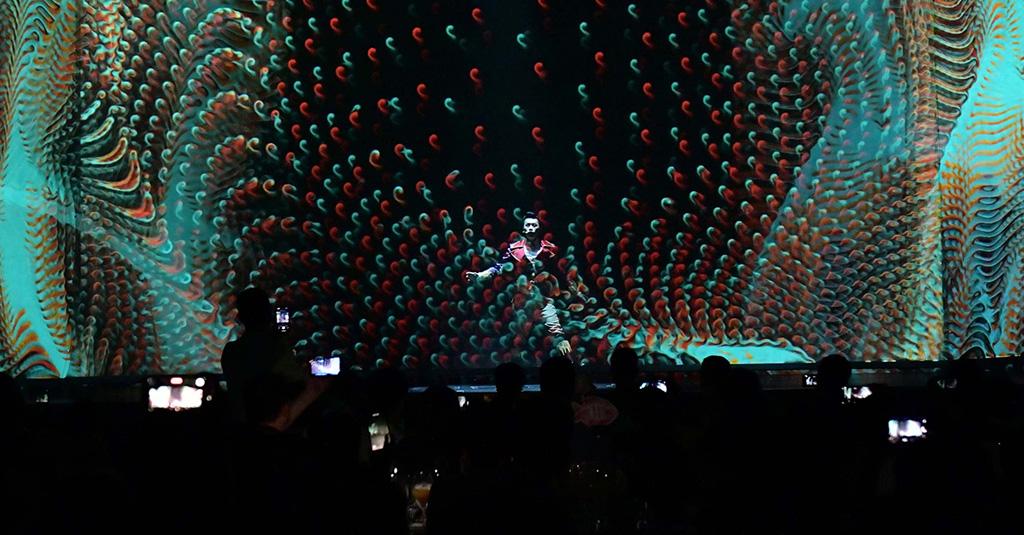 Bühne der Dinnershow mit Projektion
