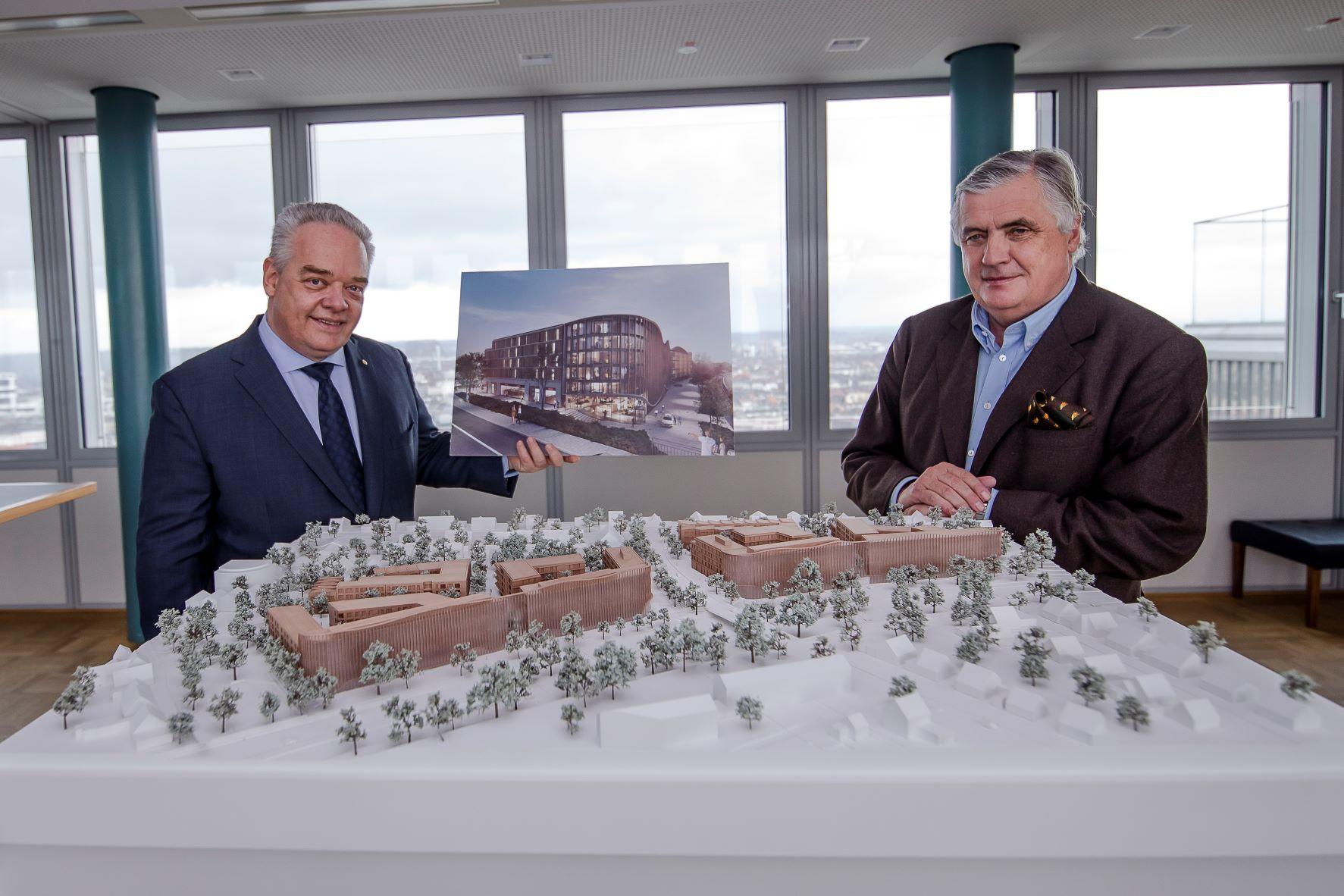 Patrick Schwarz-Schütte (rechts, Black Horse Investments GmbH) und Jörg T. Böckeler bei der Unterzeichnung des Pachtvertrages.
